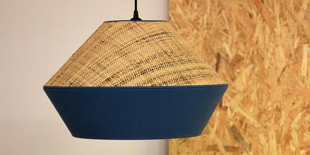 Lámpara de techo de rafia con acabado Classic Blue de Pantone.