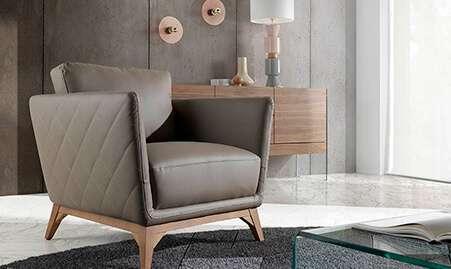 Butaca y sillón tapizado en piel